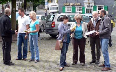 Die BIF-Vertreter sprechen mit Anwohnern über die Gefahren der Großgalvanik.