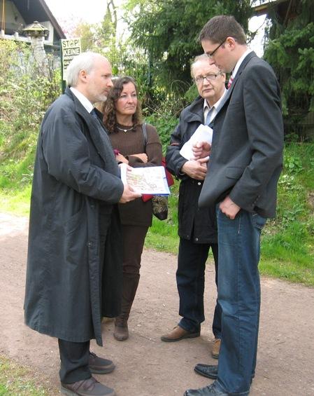 Fabian Bleck, landtagskandidat der CDU, im Gespräch mit Vertretern der BIF.